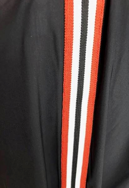 Travel pant with sportsstripes fra Queen Mum her i close up